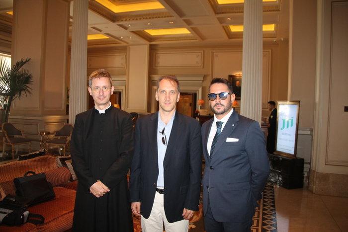 Από αριστερά προς δεξιά Don Bruno Lima, Πρόεδρος των Διεθνών Βραβείων Sciacca Παναγιώτης Κριμπάς, Επίκουρος Καθηγητής Ορολογίας και Μετάφρασης του Δημοκρίτειου Πανεπιστημίου Θράκης (ΔΠΘ) Fabrizio Marsili, Aντιπρόεδρος του Foundation G. Sciacca