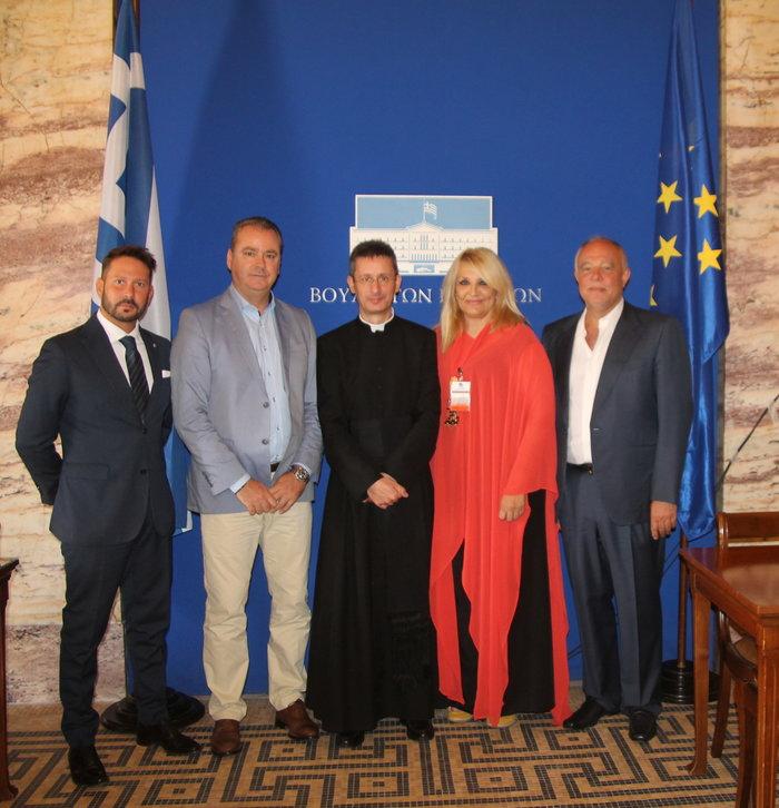 Από αριστερά προς δεξιά Fabrizio Marsili, Aντιπρόεδρος του Foundation G. Sciacca Κώστας Κουκοδήμος, Κοσμήτορας της Βουλής και Βουλευτής Πιερίας Don Bruno Lima, Πρόεδρος των Διεθνών Βραβείων Sciacca Βίκυ Μπαφατάκη, Γενική Γραμματέας των Βραβείων Γιώργος Ολύμπιος, Σύμβουλος του Foundation G. Sciacca
