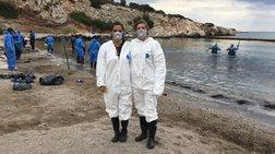 Δύο εθελόντριες από τη Βαλένθια καθαρίζουν τη θάλασσα στη Σαλαμίνα