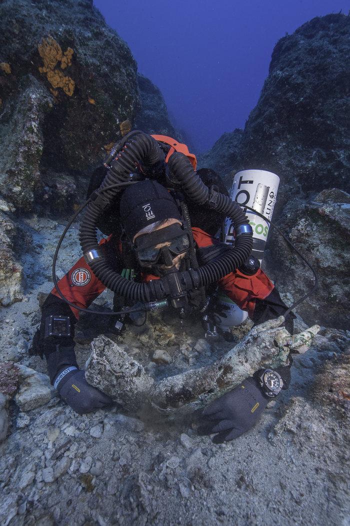 Εντυπωσιακή φωτογραφία από την υποβρύχια έρευνα τη στιγμή της ανακάλυψης του δεξιού χεριού αγάλματος που σώζεται από τον ώμο μέχρι τα δάχτυλα