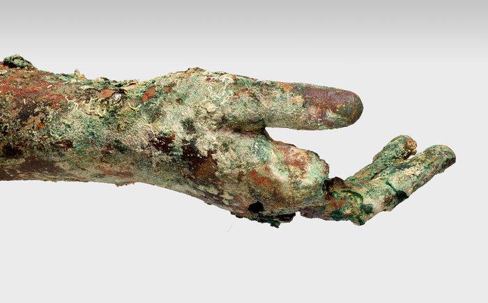 Τμήμα από το χάλκινο δεξί χέρι, που σώζεται από τον ώμο μέχρι τα δάκτυλα