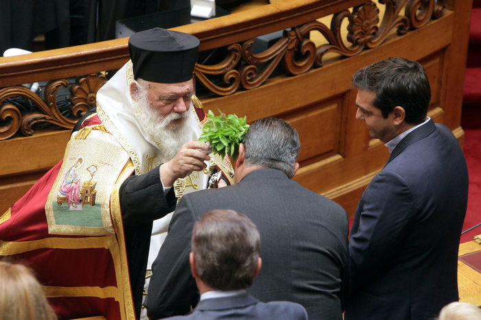 Ο Ιερώνυμος αγιάζει Καμμένο και Τσίπρα στη Βουλή