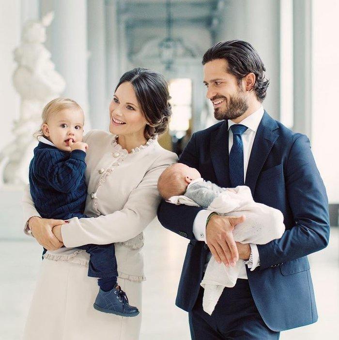 Η τέλεια πριγκιπική οικογένεια της Σουηδίας παρουσιάζει το νέο μέλος της