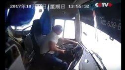 Τρομακτικές σκηνές μέσα σε λεωφορείο τη στιγμή που τουμπάρει