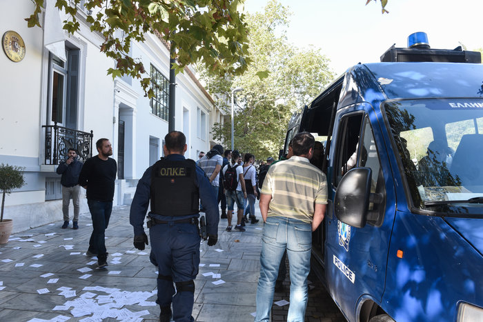 Εισβολή Ρουβίκωνα στην ισπανική πρεσβεία στην Αθήνα, 18 προσαγωγές - εικόνα 2