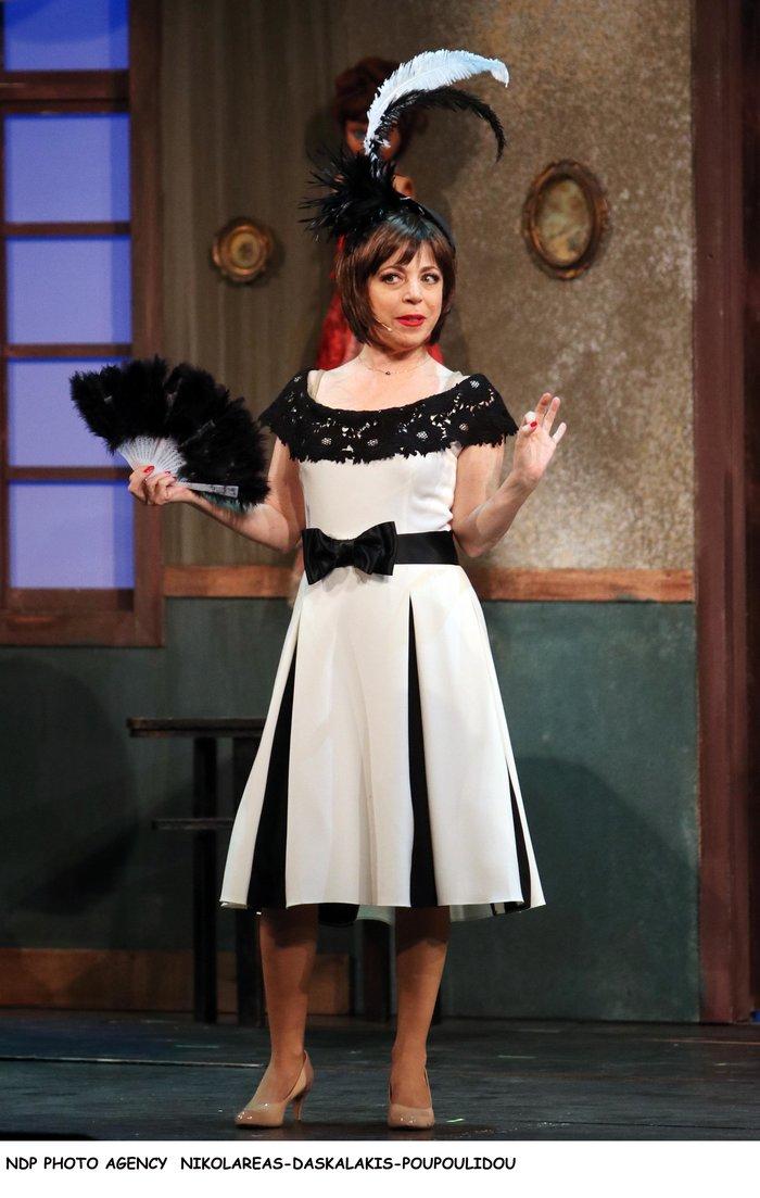 Βίσση - Καρβέλας μαζί στο θέατρο: Το ανατρεπτικό ντύσιμο της τραγουδίστριας