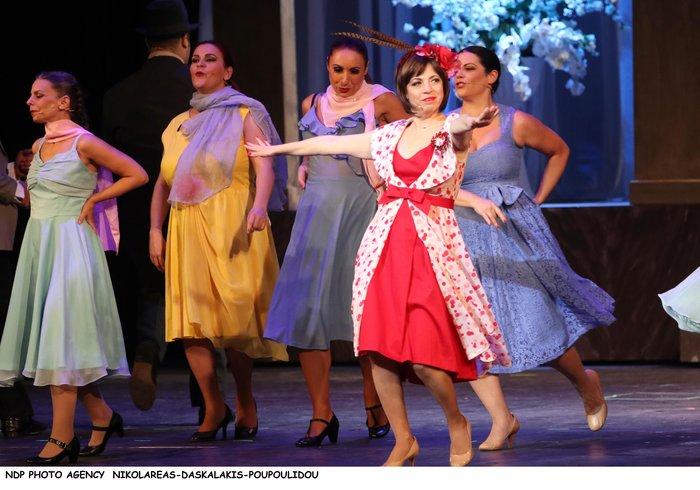 Βίσση - Καρβέλας μαζί στο θέατρο: Το ανατρεπτικό ντύσιμο της τραγουδίστριας - εικόνα 2