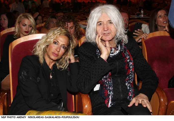 Βίσση - Καρβέλας μαζί στο θέατρο: Το ανατρεπτικό ντύσιμο της τραγουδίστριας - εικόνα 6