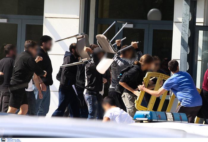 Αγρια συμπλοκή φοιτητών και ΜΑΤ στην πόρτα του Υπ. Παιδείας φωτό