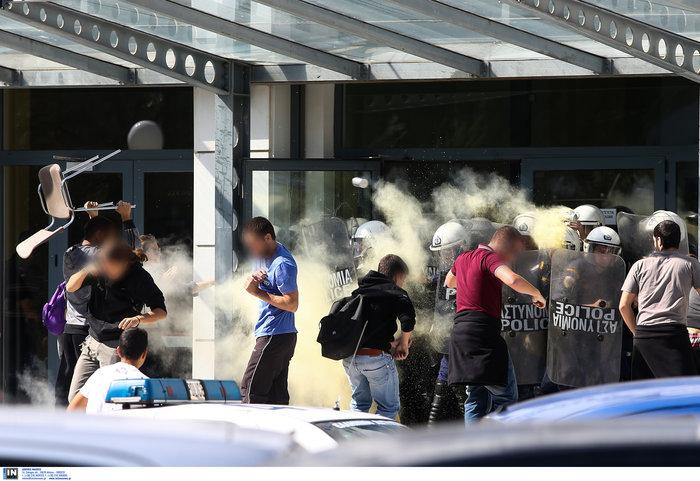 Αγρια συμπλοκή φοιτητών και ΜΑΤ στην πόρτα του Υπ. Παιδείας φωτό - εικόνα 3
