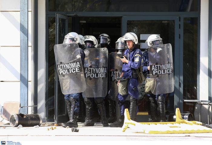Αγρια συμπλοκή φοιτητών και ΜΑΤ στην πόρτα του Υπ. Παιδείας φωτό - εικόνα 5