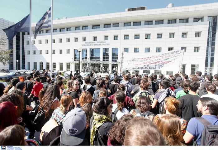 Αγρια συμπλοκή φοιτητών και ΜΑΤ στην πόρτα του Υπ. Παιδείας φωτό - εικόνα 7