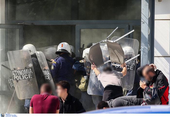Αγρια συμπλοκή φοιτητών και ΜΑΤ στην πόρτα του Υπ. Παιδείας φωτό - εικόνα 6