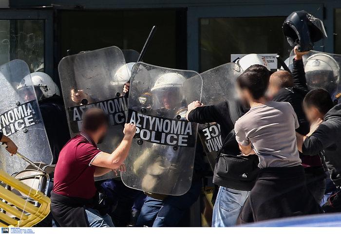 Αγρια συμπλοκή φοιτητών και ΜΑΤ στην πόρτα του Υπ. Παιδείας φωτό - εικόνα 4
