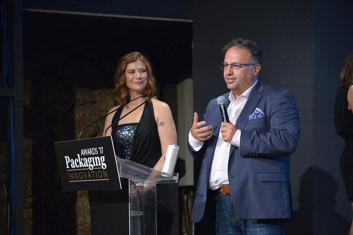 Ο κ. Γιώργος Μακρυγιαννάκης, Marketing Manager της ΑΛΦΑ, κατά την παραλαβή του βραβείου στα Packaging Innovation Awards