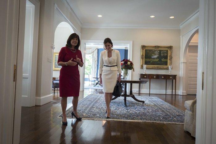 Καρέ καρέ η κομψή εμφάνιση της Μπέτυς Μπαζιάνα στο Λευκό Οίκο