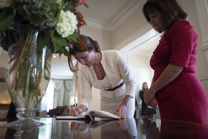 Καρέ καρέ η κομψή εμφάνιση της Μπέτυς Μπαζιάνα στο Λευκό Οίκο - εικόνα 3