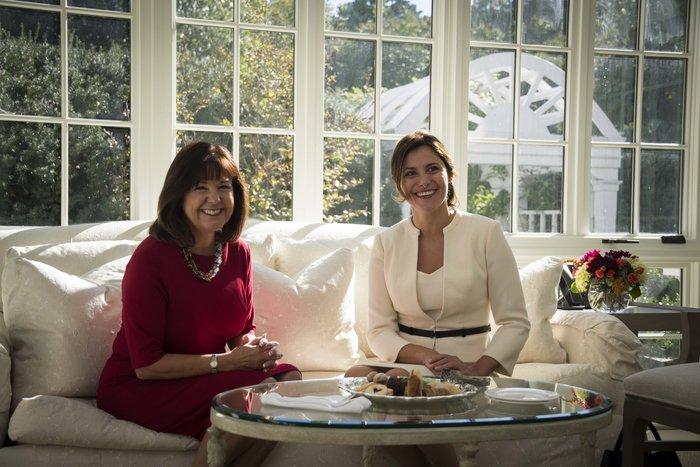 Καρέ καρέ η κομψή εμφάνιση της Μπέτυς Μπαζιάνα στο Λευκό Οίκο - εικόνα 5