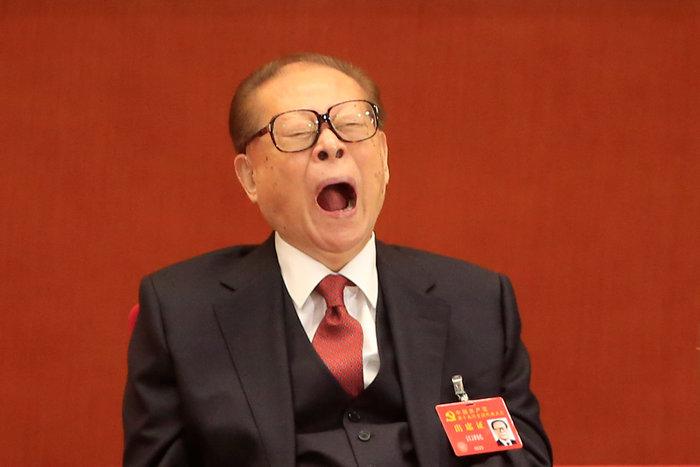 Ο πρώην πρόεδρος της Κίνας, Τσιανγκ Ζεμίν, κουρασμένος από την ομιλία