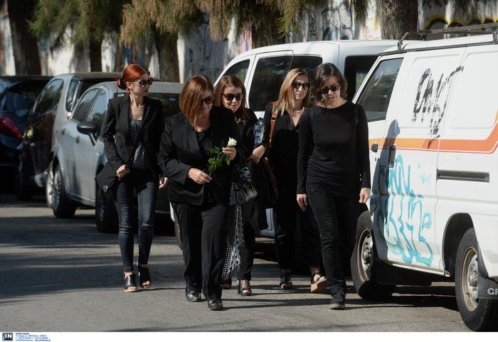 Θρήνος, οδύνη και αλληλοκατηγορίες στην κηδεία της 32χρονης - εικόνα 4