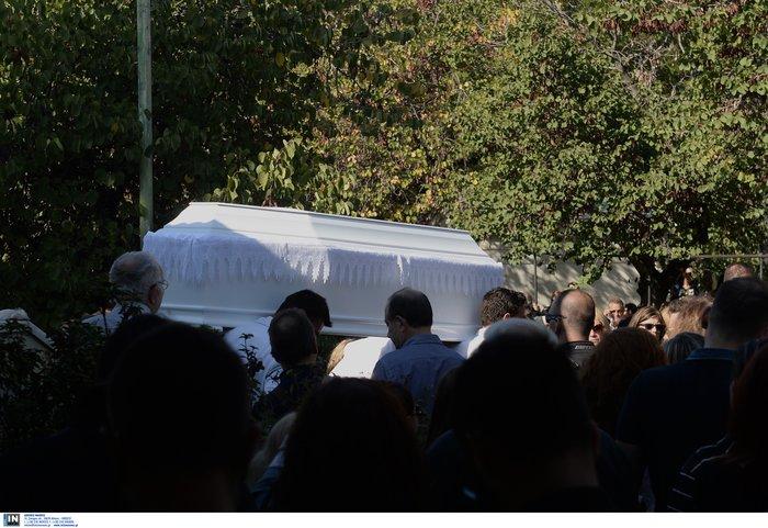 Θρήνος, οδύνη και αλληλοκατηγορίες στην κηδεία της 32χρονης - εικόνα 10