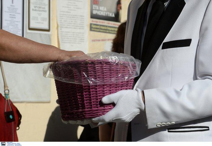 Θρήνος, οδύνη και αλληλοκατηγορίες στην κηδεία της 32χρονης - εικόνα 12