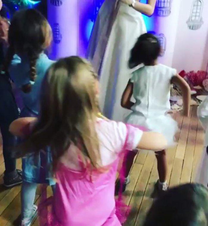 Η κόρη των Μπρούνι-Σαρκοζί χορεύει στο πάρτι γενεθλίων της ως πριγκίπισσα