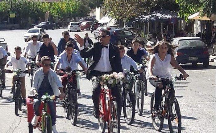 Γαμπρός στην Κρήτη πήγε στην εκκλησία με… ποδήλατο μαζί με τους μαθητές του