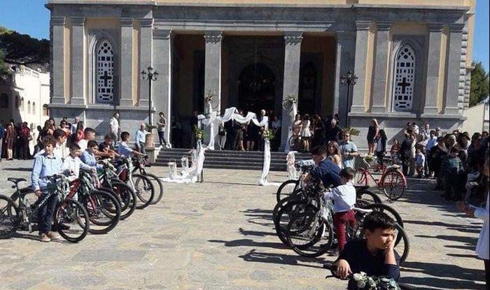 Γαμπρός στην Κρήτη πήγε στην εκκλησία με… ποδήλατο μαζί με τους μαθητές του - εικόνα 2