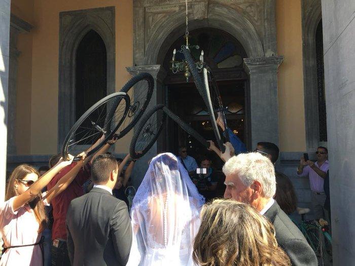 Γαμπρός στην Κρήτη πήγε στην εκκλησία με… ποδήλατο μαζί με τους μαθητές του - εικόνα 3