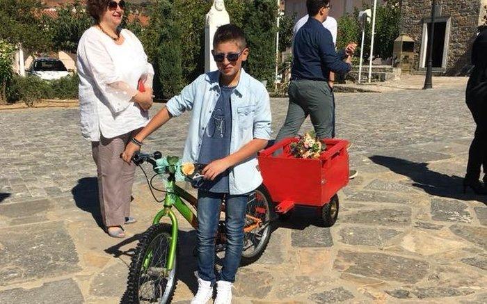 Γαμπρός στην Κρήτη πήγε στην εκκλησία με… ποδήλατο μαζί με τους μαθητές του - εικόνα 4