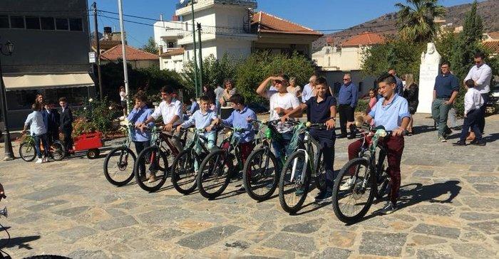 Γαμπρός στην Κρήτη πήγε στην εκκλησία με… ποδήλατο μαζί με τους μαθητές του - εικόνα 6