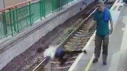 sok-tin-sprwxnei-kai-peftei-me-ta-moutra-stis-rages-tou-metro