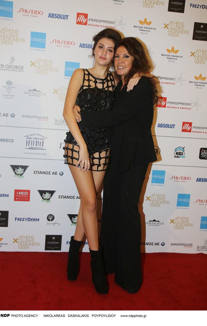 Η τρυφερή αγκαλιά της Βάνας Μπάρμπα στην όμορφη κόρη της μετά την πασαρέλα - εικόνα 4