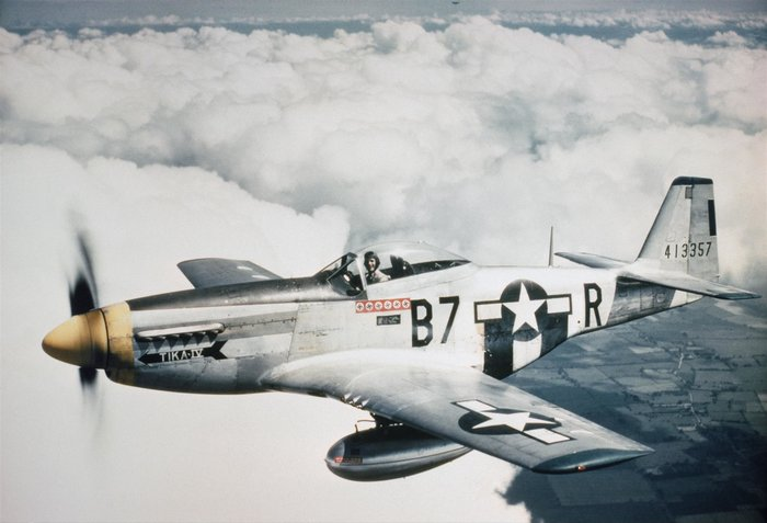 Ο Vernon R. Richards του 361ου Fighter Group στο P-51D Mustang του