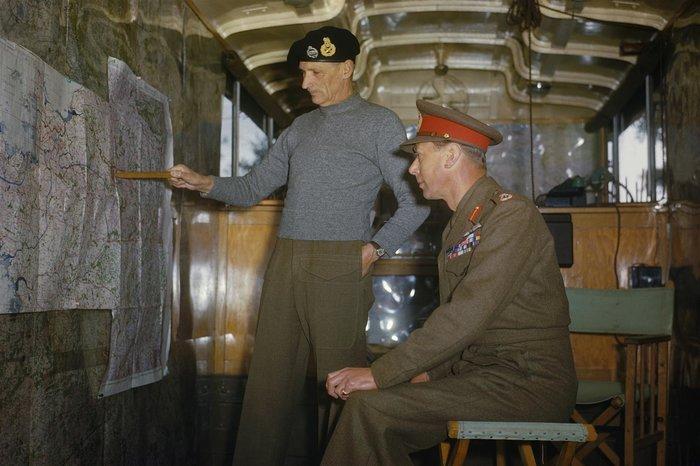 Ο Bernard Montgomery εξηγεί την στρατηγική των συμμάχων στον Βασιλιά Γεώργιο της Αγγλίας