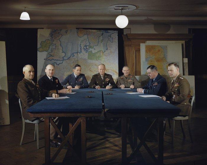 Ο άνθρωπος πίσω από την περίφημη, D-Day,Dwight D Eisenhower και οι επιτελείς του σε στρατηγείο των συμμαχικών δυνάμεων στο Λονδίνο τον Φεβρουάριο του 1944.