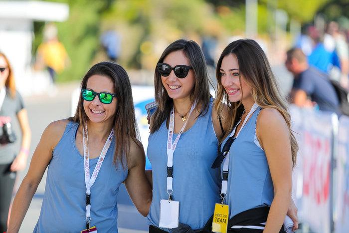 Η project manager του Ladies Run Μάγδα Γκούμα (αριστερά) με τις αδελφές Κωνσταντίνα και Δώρα Κατσικογιάννη, που όπως κάθε χρόνο κράτησαν την κορδέλα του τερματισμού.