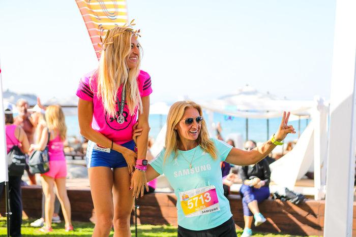 Στον αγώνα συμμετείχε και η κάτοχος του πανελληνίου ρεκόρ στο μαραθώνιο, η θρυλική Μαρία Πολύζου. Εδώ, με την αργυρή νικήτρια, την Ελένη Λευκοπούλου.