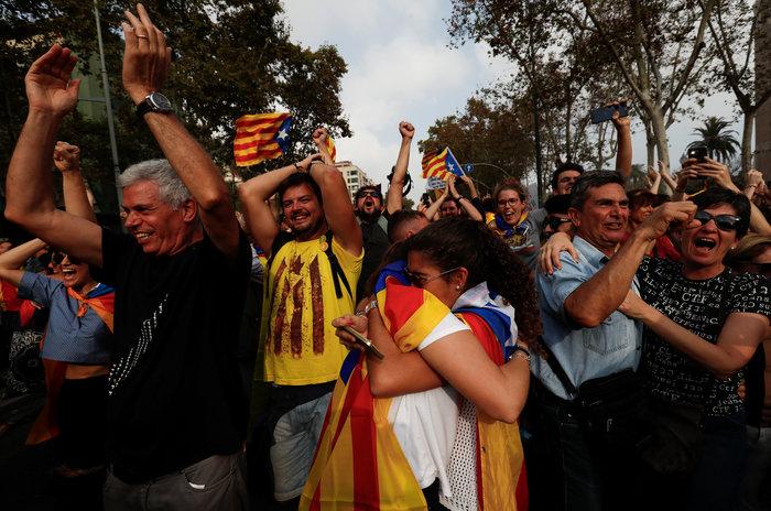 Σαμπάνιες & ξέφρενοι πανηγυρισμοί από τους Καταλανούς - φωτο - εικόνα 4