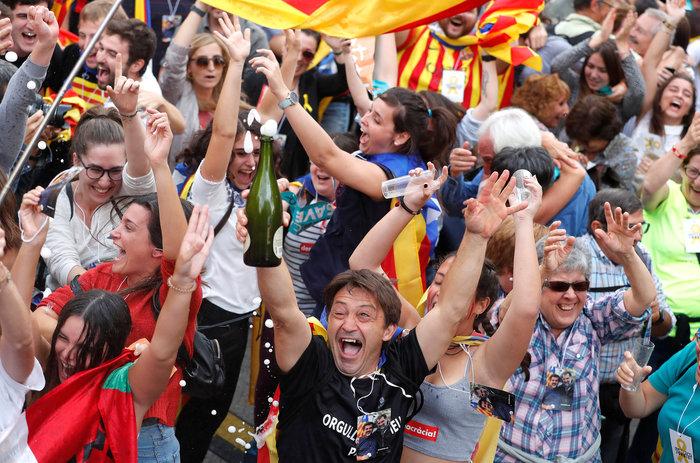 Σαμπάνιες & ξέφρενοι πανηγυρισμοί από τους Καταλανούς - φωτο - εικόνα 2