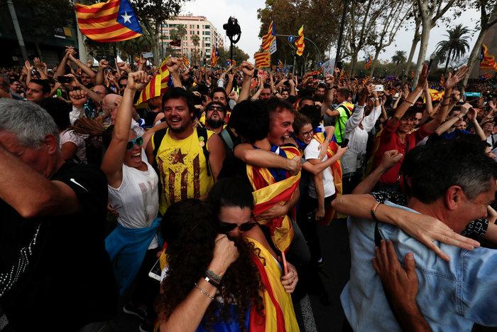 Σαμπάνιες & ξέφρενοι πανηγυρισμοί από τους Καταλανούς - φωτο - εικόνα 7