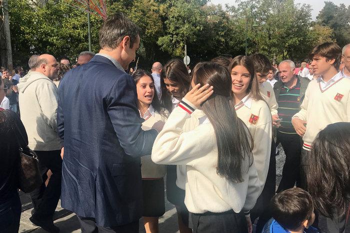 Στην παρέλαση της κόρης του ο Κ. Μητσοτάκης: Σέλφι και χαμόγελα