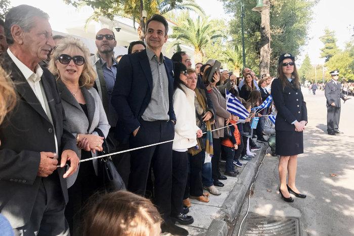 Στην παρέλαση της κόρης του ο Κ. Μητσοτάκης: Σέλφι και χαμόγελα - εικόνα 2