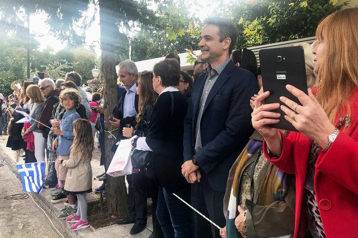 Στην παρέλαση της κόρης του ο Κ. Μητσοτάκης: Σέλφι και χαμόγελα - εικόνα 3