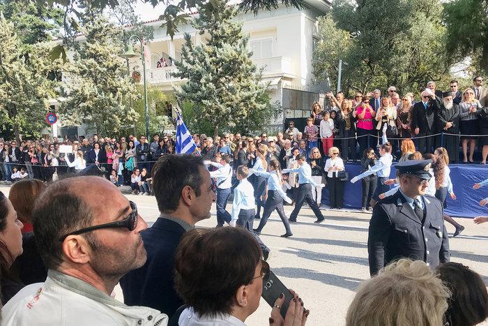 Στην παρέλαση της κόρης του ο Κ. Μητσοτάκης: Σέλφι και χαμόγελα - εικόνα 4
