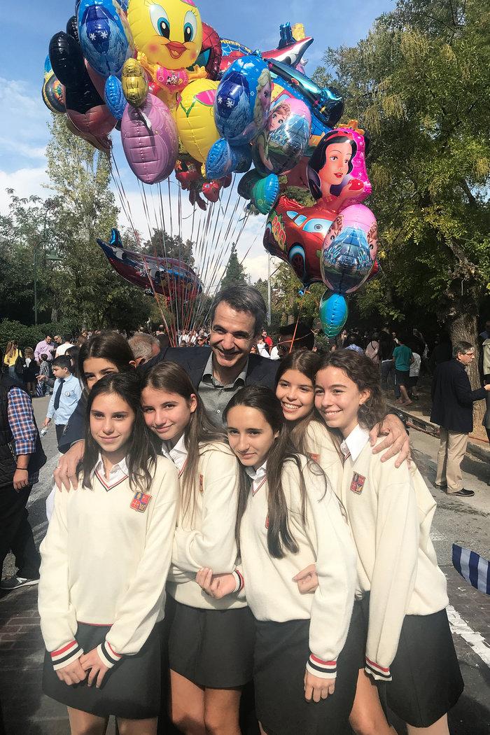 Στην παρέλαση της κόρης του ο Κ. Μητσοτάκης: Σέλφι και χαμόγελα - εικόνα 5