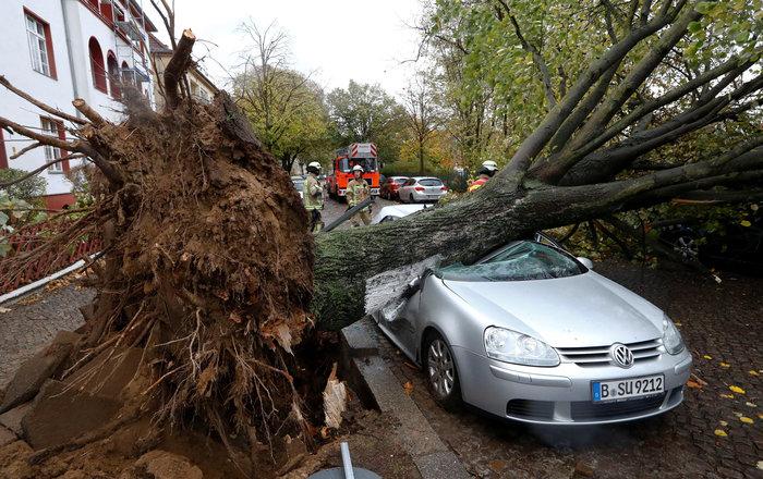 Ανεμοι 180 χλμ προκάλεσαν χάος και νεκρούς σε Γερμανία-Τσεχία - εικόνα 2