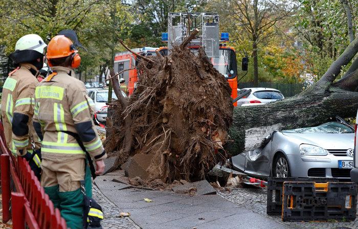 Ανεμοι 180 χλμ προκάλεσαν χάος και νεκρούς σε Γερμανία-Τσεχία - εικόνα 3