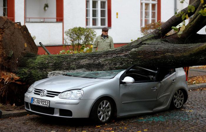 Ανεμοι 180 χλμ προκάλεσαν χάος και νεκρούς σε Γερμανία-Τσεχία - εικόνα 7